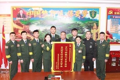 董事长为赴京参加国庆70周年安保任务的队员颁发纪念奖章